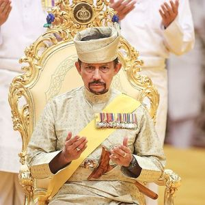 Sultan Hassanal Bolkiah praying. Photo by Wikipedia user Imfeelyoung / CC BY-SA 4.0 (photo unmodified)