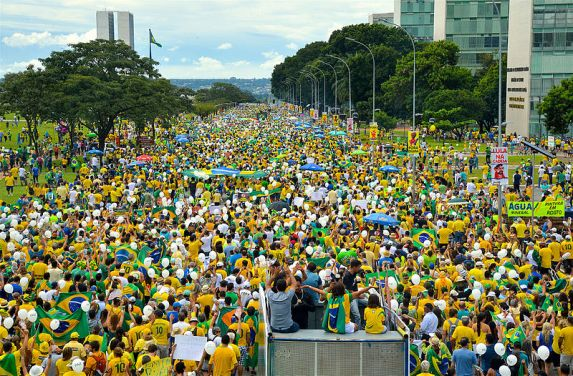Protesters go to the National Congress Palace to denounce corruption and demand the departure of President Dilma Rousseff. Photo by Agência Brasil Fotografias / CC BY 2.0
