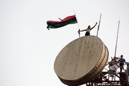 Libyan_flag_above_the_communications_tower_in_Al_Bayda_(Libya,_2011-07-17)